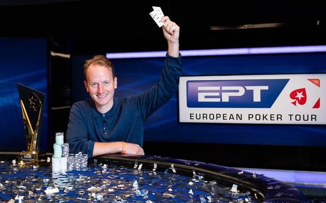 Simon Brandstrom zeigt sein Siegerblatt