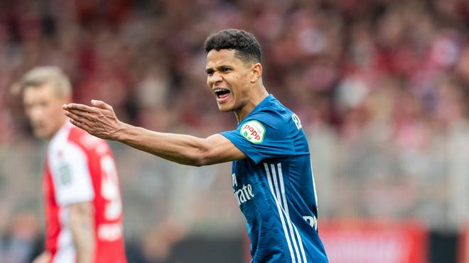 BERLIN, GERMANY - APRIL 28: Douglas Santos of Hamburger SV gestures during the Second Bundesliga match between 1. FC Union Berlin and Hamburger SV at Stadion An der Alten Foersterei on April 28, 2019 in Berlin, Germany. (Photo by Boris Streubel/Bongarts/Getty Images)