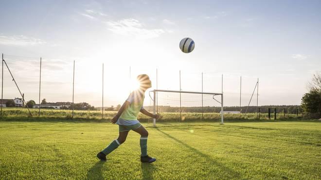 Kinder in Schottland dürfen in Zukunft womöglich nicht mehr mit dem Kopf zum Ball gehen