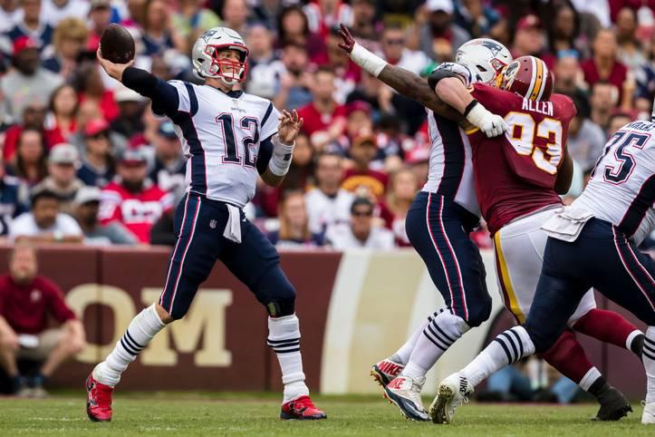 Im Spiel gegen die Washington Redskins gelingt Tom Brady ein weiterer Meilenstein. Der 42-Jährige bringt 28 Pässe für 348 Yards und drei Touchdowns an den Mann
