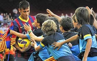 Der FC Barcelona hat einen neuen Superstar. Der Brasilianer Neymar taucht nach seinem Wechsel vom FC Santos das erste Mal in Katalonien auf und wird frenetisch empfangen