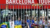 Bereits vor dem Stadion versammelt sich eine riesige Menschenschar und will den neuen Superstar bewundern