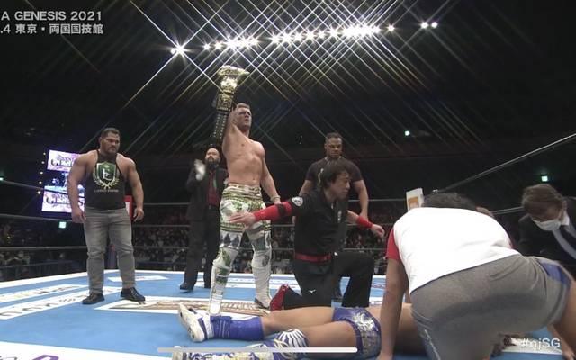 Der neue IWGP World Heavyweight Champion Will Ospreay feiert seinen Titelgewinn während Kota Ibushi geschlagen auf dem Boden liegt