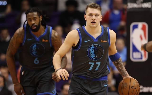 Die Dallas Mavericks um Luka Doncic (r.) haben einen neuen Franchiserekord aufgestellt