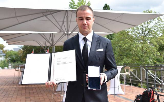 Leere Schatulle: Mario Götze ließ bei der Verleihung den Orden fallen