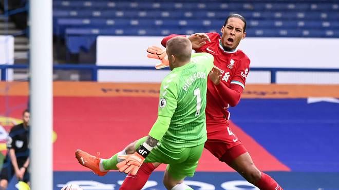 Der Moment des Unheils: Virgil van Dijk (r.) wird von Jordan Pickford abgeräumt.