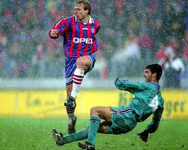1996 teilte Pep Guardiola noch gegen den FC Bayern aus. Es ist das erste Mal, dass die Münchner im Europapokal auf den FC Barcelona trafen. Am heutigen Abend ab 21 Uhr steht nun das nächste Duell der beiden Fußball-Großmächte an.