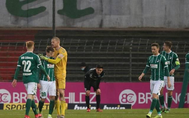 Florian Riedel (2. v. l.) vergab in der Nachspielzeit per Elfmeter den Siegtreffer für Lübeck