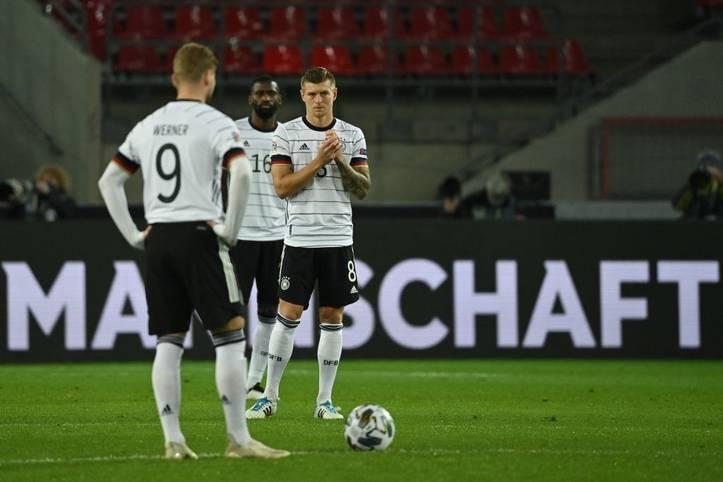 """Toni Kroos stieg beim Spiel gegen die Schweiz als erst 15. Nationalspieler in den """"Klub der Hunderter"""" auf und ist damit der einzige noch aktive Spieler, der mindestens 100 Spiele im Nationalmannschafts-Trikot bestritt."""