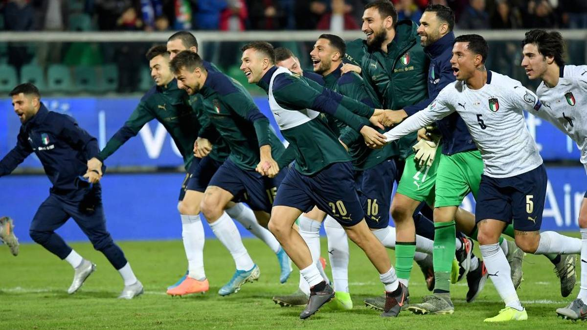 Italy's forward Federico Bernardeschi (C), Italy's defender Armando Izzo (2ndR) and teammates acknowledge the public at the end of the Euro 2020 1st round Group J qualifying football match Italy v Armenia on November 18, 2019 at the Renzo-Barbera stadium in Palermo. (Photo by Andreas SOLARO / AFP) (Photo by ANDREAS SOLARO/AFP via Getty Images)