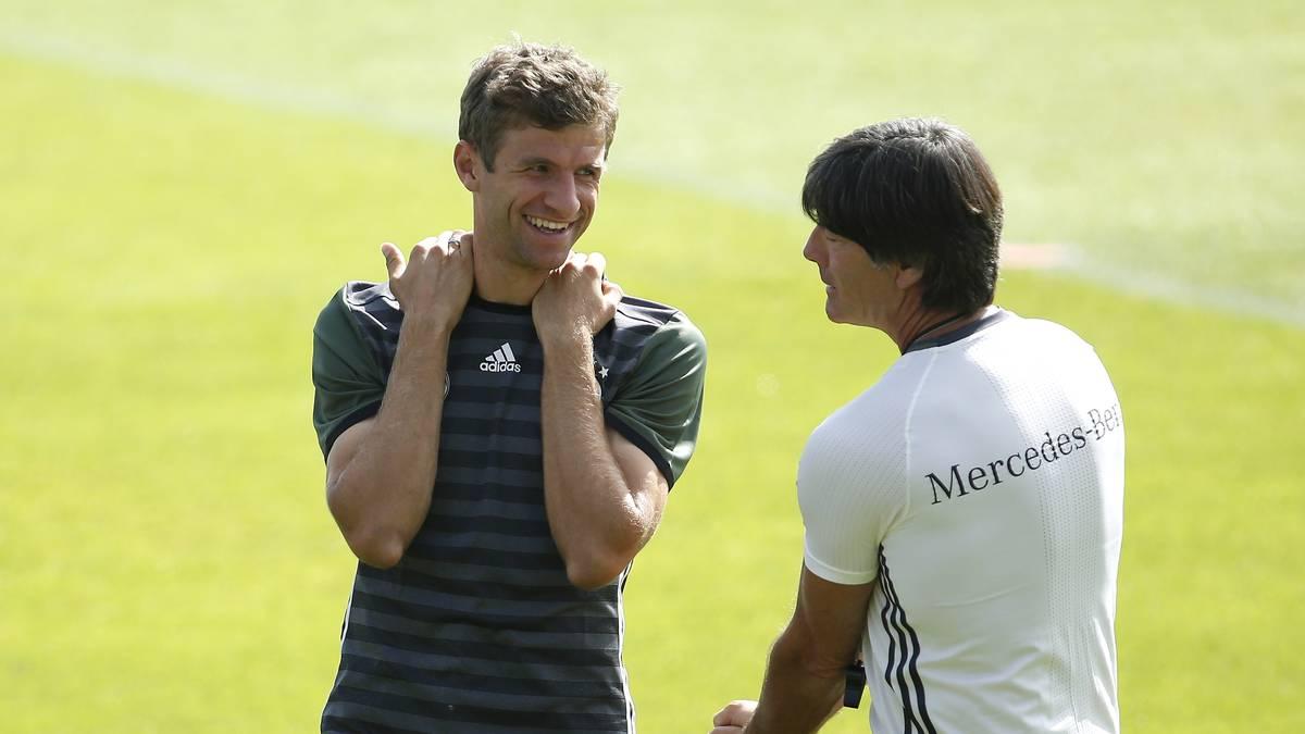 Thomas Müller (l.) hat bei Bundestrainer Joachim Löw weiterhin gute Karten