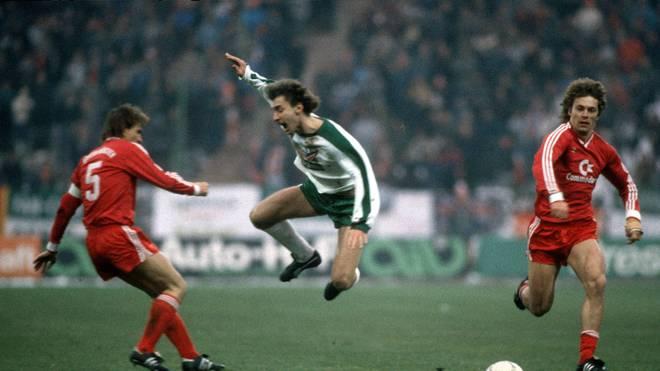 Nach diesem Foul von Klaus Augenthaler (l.) war Rudi Völler mehrere Monate verletzt