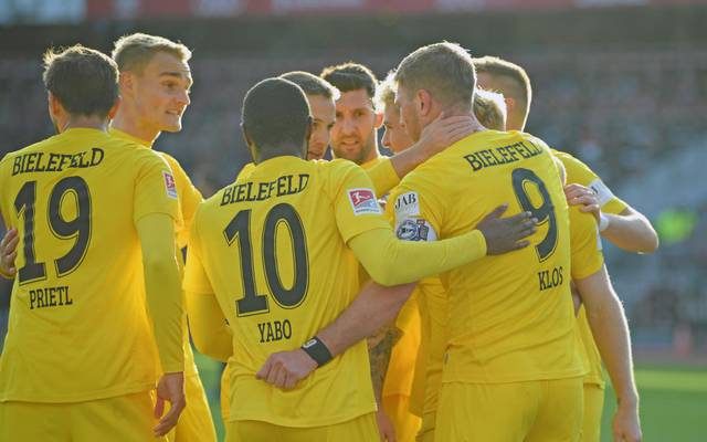 NUREMBERG, GERMANY - NOVEMBER 10: Players of Bielefeld celebrate with Fabian Klos (R) after their teams fourth goal during the Second Bundesliga match between 1. FC Nuernberg and DSC Arminia Bielefeld at Max-Morlock-Stadion on November 10, 2019 in Nuremberg, Germany. (Photo by Thomas F. Starke/Bongarts/Getty Images)