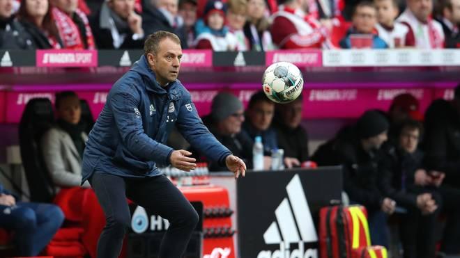 Trainer Hansi Flick vom FC Bayern fängt einen Ball