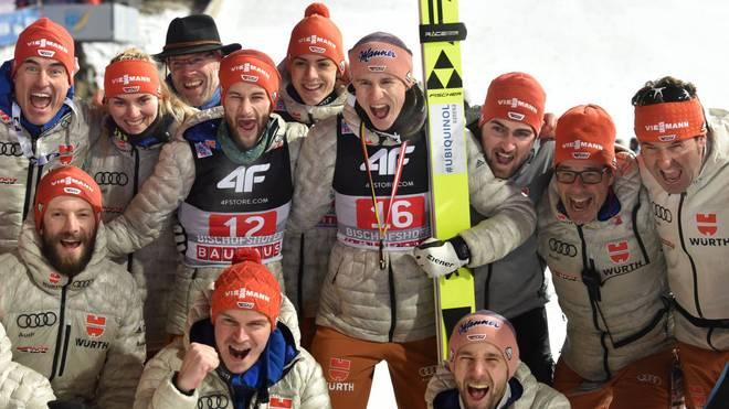 Karl Geiger und das deutsche Team feiern Platz 3 in der Gesamtwertung