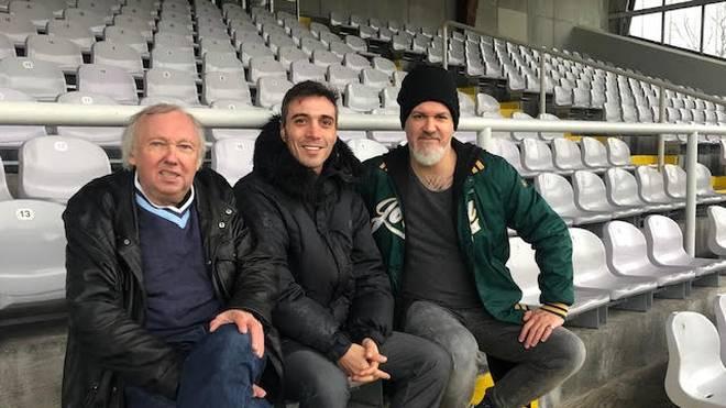 SPORT1-Reporter Reinhard Franke (r.) brachte Berkant Göktan (M.) und Allesfahrer Franz Hell im Grünwalder Stadion zusammen