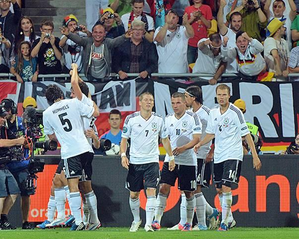 Deutschland gegen Niederlande - es ist das ewige Duell der Emotionen: Die Niederländer knabbern noch immer am WM-Endspiel-Trauma von 1974, auf deutscher Seite ist die Spuck-Attacke gegen Rudi Völler unvergessen. Beim Testspiel in Amsterdam treffen die ewigen Rivalen erneut aufeinander. SPORT1 blickt zurück auf die hitzigen Duelle der Vergangenheit