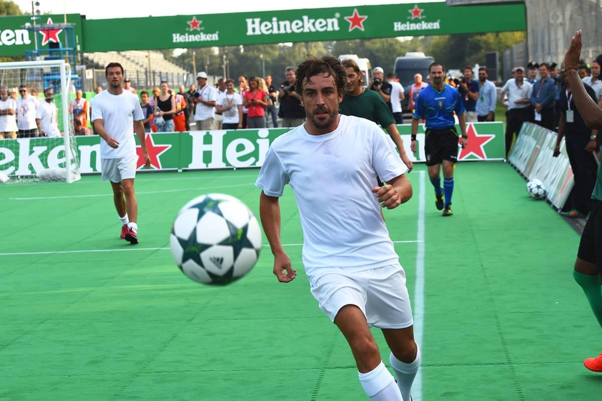 Fernando Alonso kritisiert nach dem USA-GP die für ihn ungleiche Auslegung der Regeln rund um die Tracklimits. Der Spanier fordert, dass sich die Formel 1 am Fußball ein Beispiel nimmt.