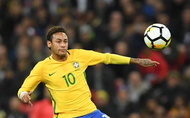 Brasiliens Neymar macht es sich bei der WM-Auslosung vor dem Fernseher gemütlich
