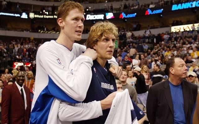 Shawn Bradley (l.) spielte mit Dirk Nowitzki bei den Dallas Mavericks