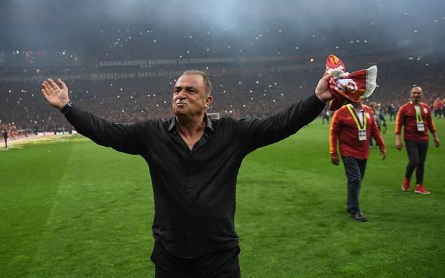 Galatasaray-Coach Terim soll handgreiflich geworden sein, Galatasaray-Trainer Fatih Terim lässt sich nach dem Titelgewinn feiern