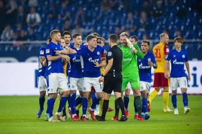 Der FC Schalke 04 kassiert trotz eines Treffers von Torjäger Simon Terodde in der 2. Bundesliga einen herben Rückschlag. Der 1. FC Nürnberg springt auf einen Aufstiegsrang.