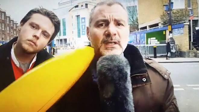 Der Reporter von Sportitalia wurde mit einer aufblasbaren Banane gepiesackt