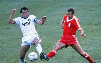 Mit den Hanseaten eilt der begnadete Spielmacher von Erfolg zu Erfolg. Dreimal werden Magath und der HSV gemeinsam Deutscher Meister: 1979, 1982 und 1983