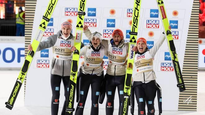 Die Skispringer Karl Geiger, Anna Rupprecht, Markus Eisenbichler und Katharina Althaus (v.l.) gewannen Gold im Mixed