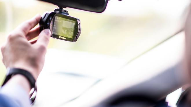 Dashcams werden zumeist an der Windschutzscheibe befestigt