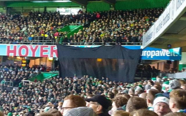 Die Loge des Stadionsponsors in Bremen wurde mit einem schwarzen Tuch abgedeckt