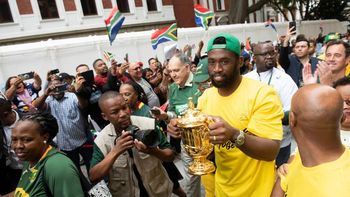 Südafrikas Rugby-Team präsentiert den WM-Pokal