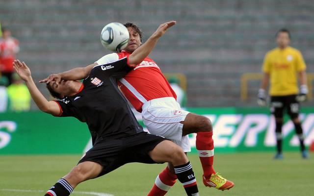 Gerardo Bedoya (r.) bei einer der typischen Aktionen für seine Karriere im Trikot von Colombian Santa Fe