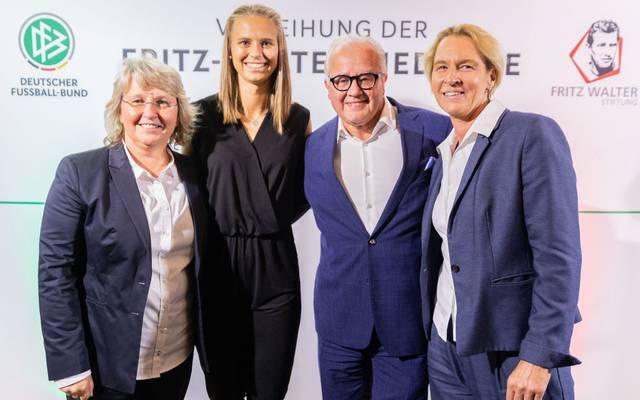 Fritz Keller (2.v.l.) wird das Länderspiel der DFB-Frauen in London besuchen