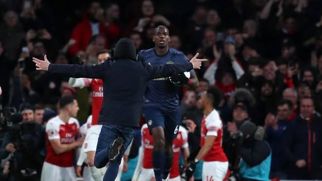 Der Flitzer rannte auf die jubelnde Arsenal-Spielertraube zu