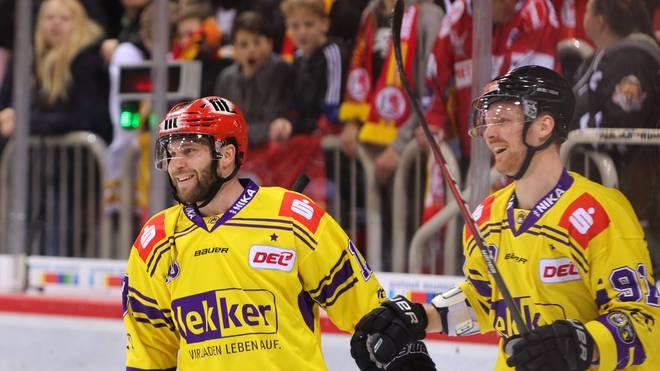 Chad Costello (l.) spielt nicht mehr bei den Krefeld Pinguinen
