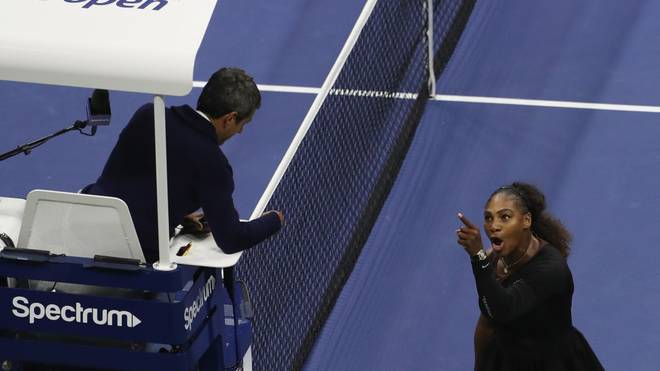 NEW YORK, NY - SEPTEMBER 08:  Serena Williams diskutiert mit Schiedsrichter Carlos Ramos im Damen-Finale der US Open gegen Naomi Osaka imUSTA Billie Jean King National Tennis Center  am September 8, 2018 in the Flushing neighborhood of the Queens borough of New York City.  (Photo by Jaime Lawson/Getty Images for USTA)