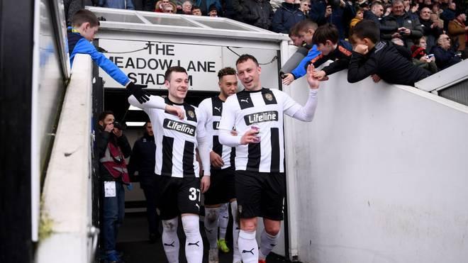 Kristian Dennis (l.) und Callum Roberts von Notts County klatschen mit den Fans ab