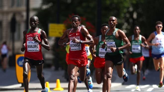 Der Kenianer Daniel Kinyua (l.) gewinnt 2017 den London-Marathon