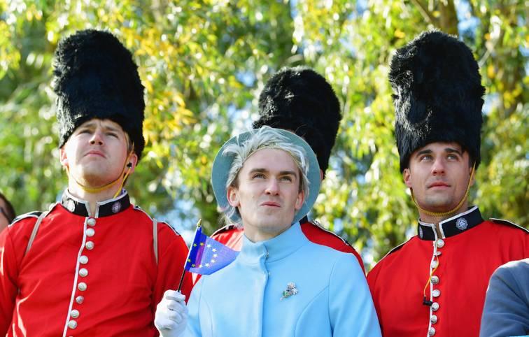 """Interessiert sich die englische Königin etwa für den Ryder Cup? So sieht es fast aus, als sich ein Fan als Queen verkleidet - und sich zusammen mit ihrer """"Leibwache"""" präsentiert. SPORT1 zeigt die schönsten Bilder des spektakulären Golf-Events aus Paris"""