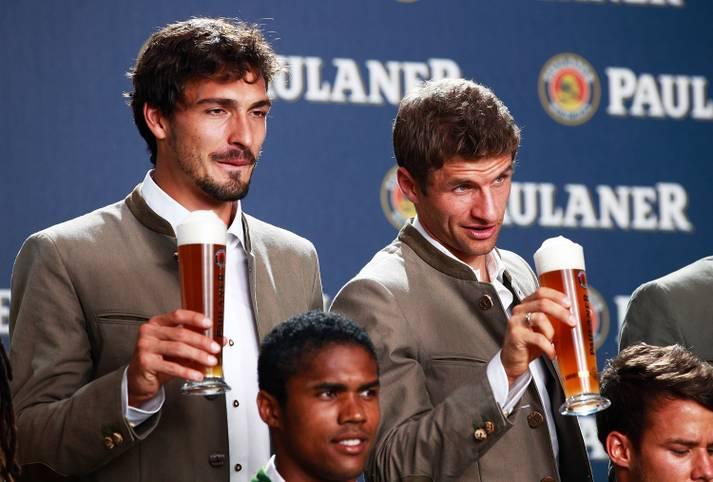 O'zapft is! Bald ist wieder Wiesn-Zeit, das gefällt natürlich Thomas Müller, der mit Mats Hummels einen Schafkopf-Kumpel und waschechten Münchner beim FC Bayern begrüßen darf