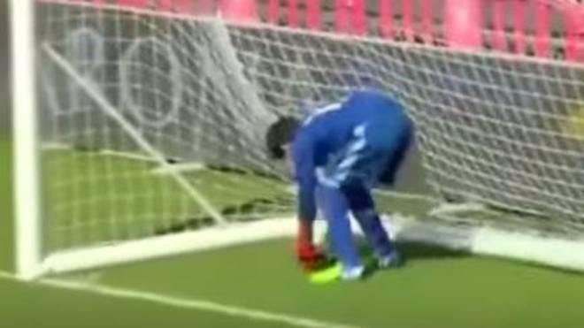 Ein Jugend-Torwart von Real Madrid leistet sich einen folgenschweren Patzer
