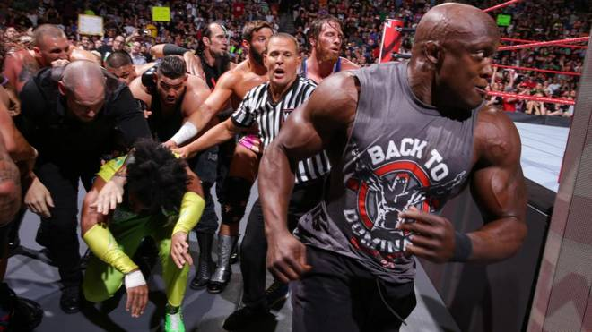 Bobby Lashley (r.) prügelte sich bei WWE Monday Night RAW vor Extreme Rules mit Roman Reigns