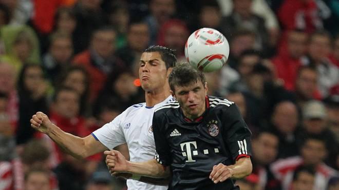 Thomas Müller (r.) gratuliert Cristiano Ronaldo