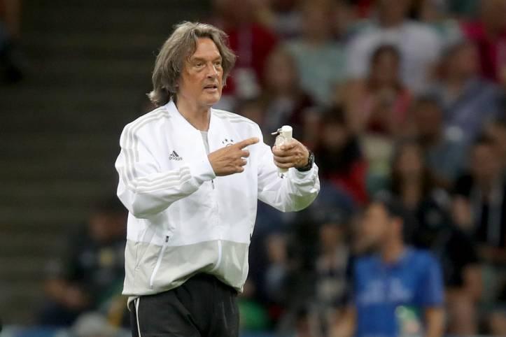 """Nach 23 Jahren im Dienst macht Hans-Wilhelm Müller-Wohlfahrt Schluss als Teamarzt beim DFB-Team. Dies habe er Oliver Bierhoff und Jogi Löw mitgeteilt, sagt der 75-Jährige am Freitag. SPORT1 blickt zurück auf die legendäre Karriere von """"Mull"""""""