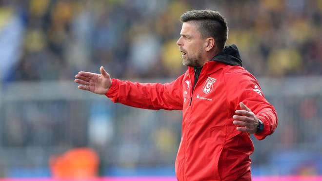 Halle-Trainer Torsten Ziegner muss sich gegen Zwickau mit einem Remis begnügen