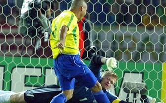 """Der Nationalkeeper spielt eine überragende Weltmeisterschaft, die ihm seinen Spitznamen """"Titan"""" einbringt. Doch im Finale patzt er dann. Einen Schuss von Ronaldo lässt er nach vorne abprallen, der Torjäger der Selecao staubt ab"""