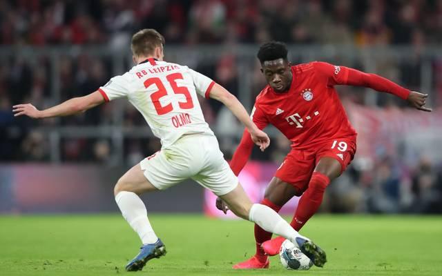 Bayerns Alphonso Davies im Duell mit Leipzigs Dani Olmo