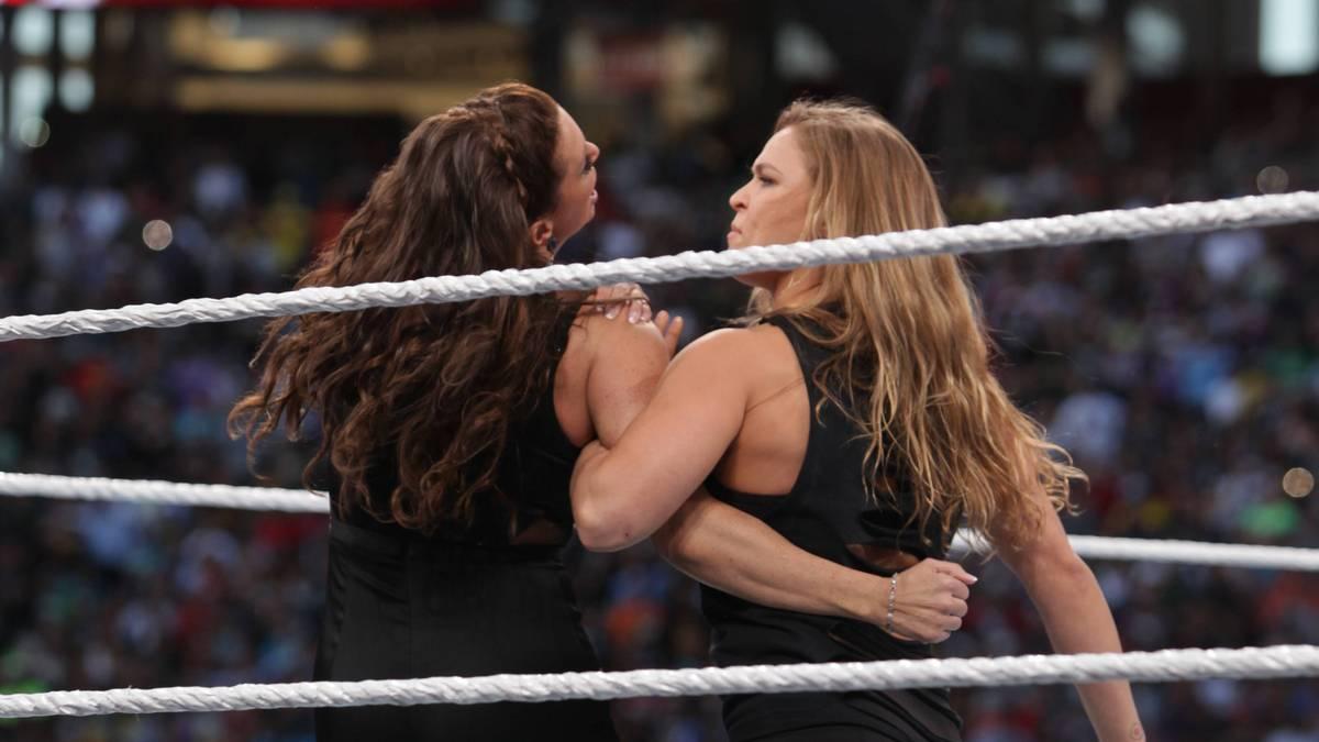 Bei WrestleMania 31 nahm Ronda Rousey (r.) sich WWE-Erbin Stephanie McMahon vor