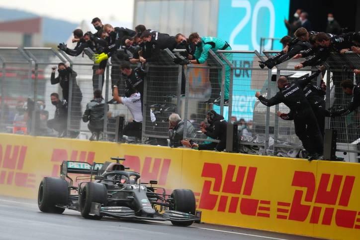 Lewis Hamilton überquert beim Großen Preis der Türkei auf Rang 1 die Ziellinie und krönt sich somit vorzeitig zum Weltmeister. Selbst im Wetterchaos von Istanbul behält der Mercedes-Pilot den Durchblick